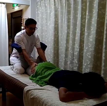 膝を曲げて梃子原理で股関節を内側に捻じりながら骨盤を締めることでインナーマッスルを緩める関節の間接的アプローチ